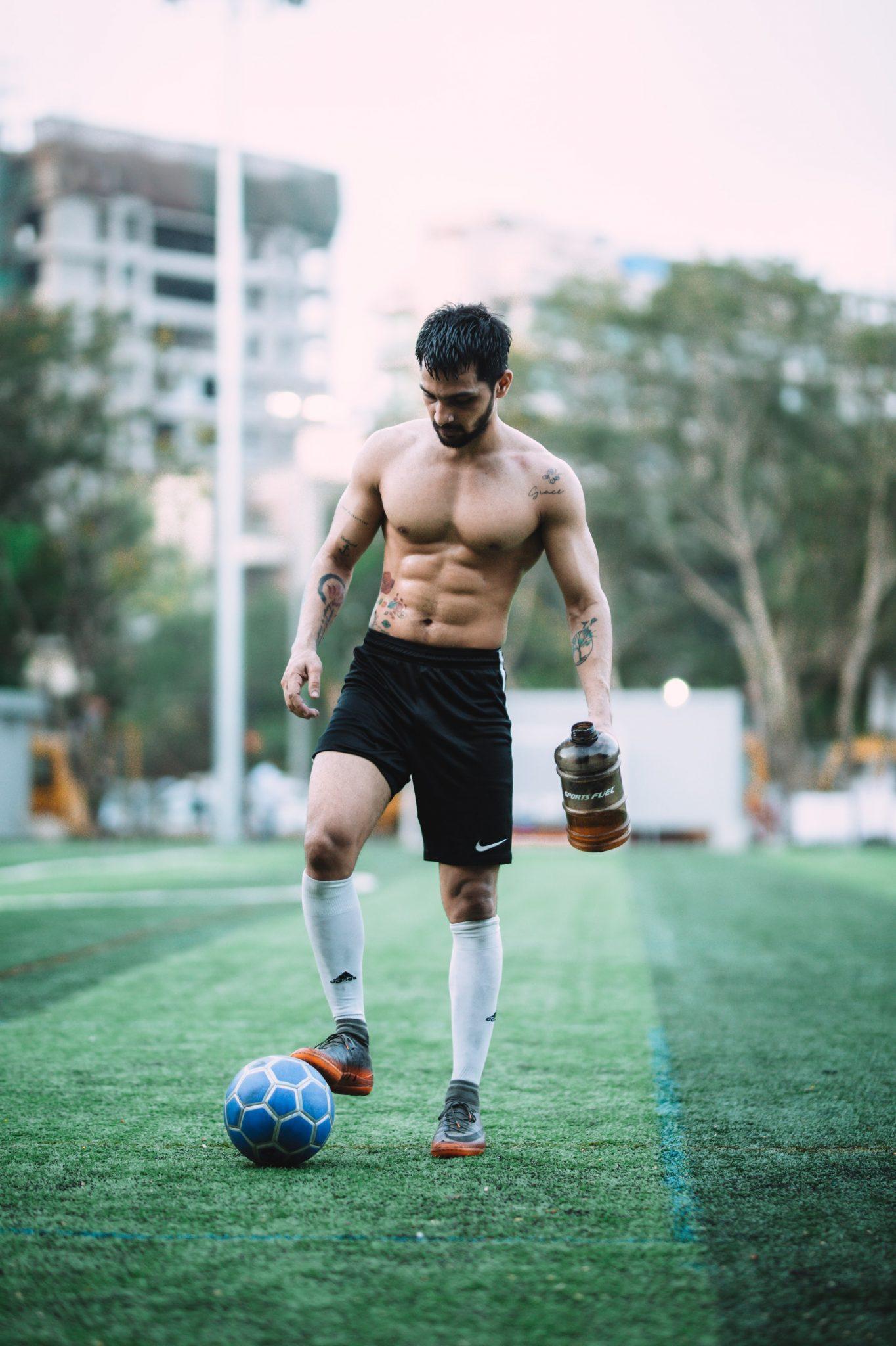hombre fit jugando futbol